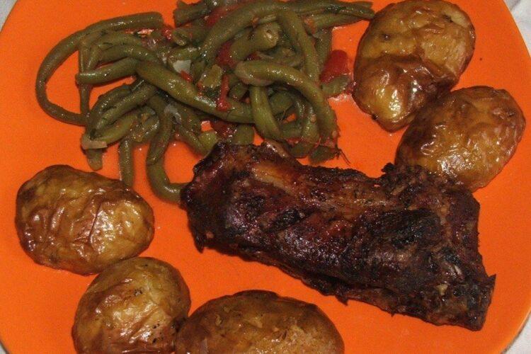 Cotlet de ied cu cartofi la gratar si fasole verde.