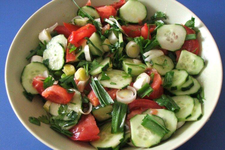 Salata de rosii si castraveti servita la cotlete de ied/ miel la gratar cu cartofi noi si fasole verde.