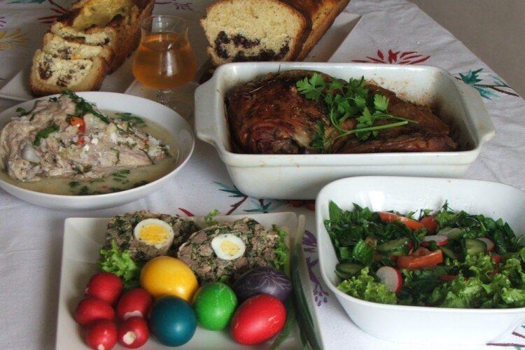 Masa de Paste cu toate bunatatile gata pregatite.