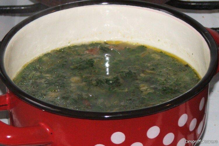 Fierbere amestec de urzici si legume in apa clocotita pana se ingroasa.