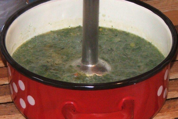 Blenduire fiertura de urzici si legume in apa fiarta pentru a obtine supa crema.