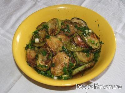 Salata de dovlecei cu usturoi verde