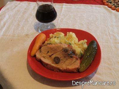 Spata de porc impanata cu carnati afumati, la cuptor