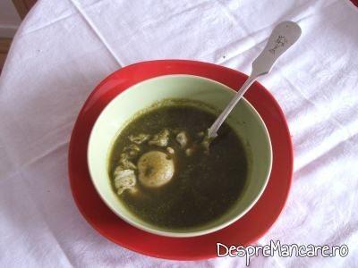 Supa crema de loboda, cu costita afumata, crutoane si ou ochi