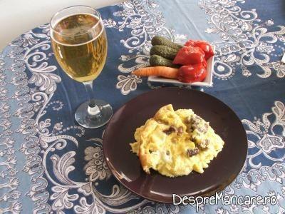 Mamaliga cu ciuperci, porcarele si oua, la cuptor