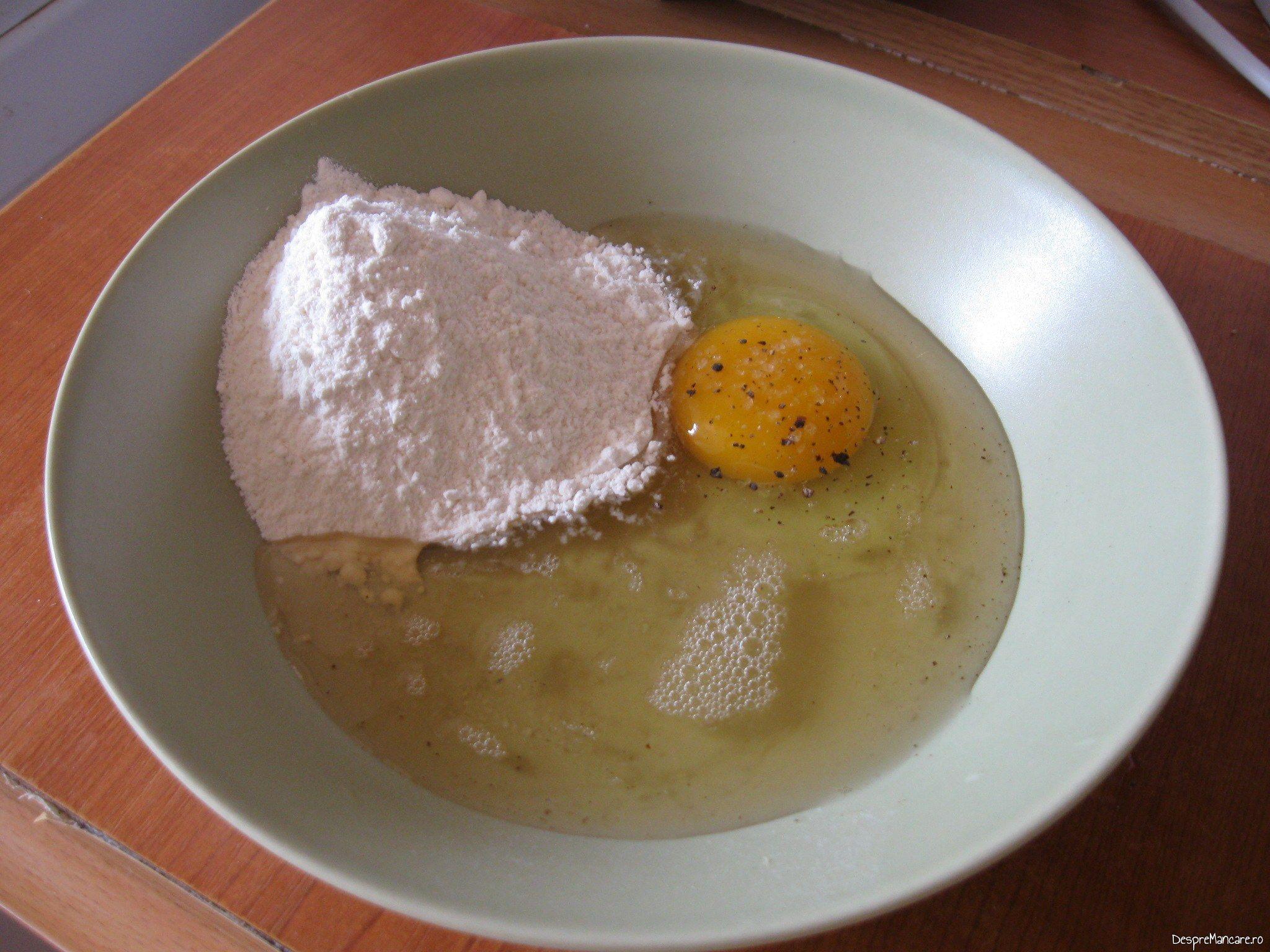 Oua si smantana, sare, piper macinat se bat pentru pane-uri din cascaval cu porcarele.