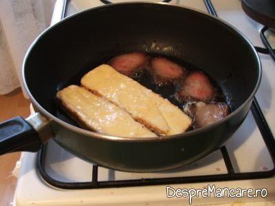 Prajirea feliilor de cascaval si a porcarelelor pentru pane-uri din cascaval afumat cu porcarele.