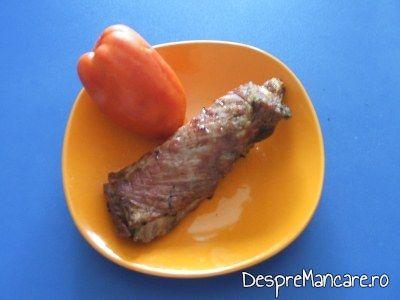 Fleica de porc la gratar cu cartofi prajiti.