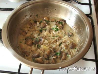 Amestecare smanatana cu felii de ciuperci si praz, calite, pentru muschiulet de porc cu legume, la tigaie.