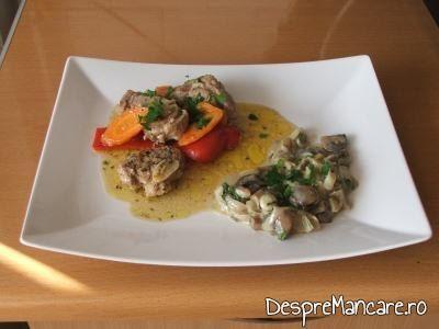 Muschiulet de porc cu legume, la tigaie, servit cu sos de ciuperci, praz si smanatana.