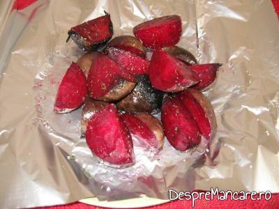 Sfecla rosie taiata bucati pentru copt in folie pentru salata din sfecla rosie coapta pe capac gratar.