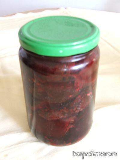 Pastrare la frigider salata din sfecla rosie coapta pe capac gratar, gata preparata.