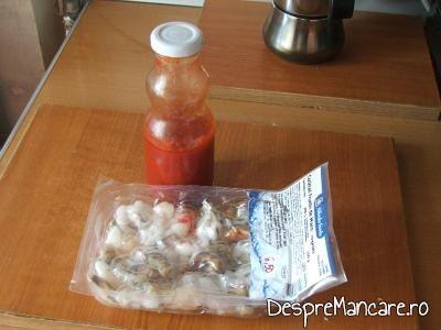 Pachetul cu fructe de mare congelate si sucul de rosii pentru tocana din fructe de mare si peste.