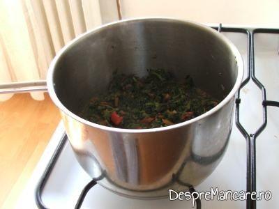 Adaugare apa calda peste legumele si urzicile calite pentru ciorba de urzici, cu leurda.
