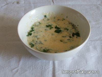 Oua batute cu smatana si leustean verde pentru ciorba de urzici, cu leurda.