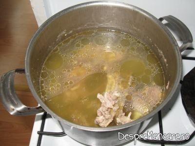 Carne de curcan pusa la fiert pentru ciorba dulce de curcan.