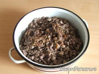 Maruntaie (inimi, pipote, ficatei) tocate la cutit pentru drob din maruntaie de curcan.