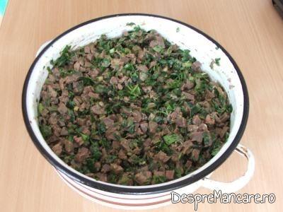 Maruntaie tocate, verdeata si oua batute, amestecate pentru drob din maruntaie de curcan.