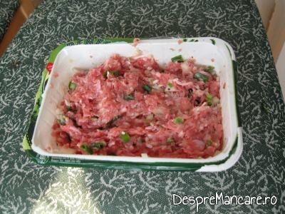 Umplutura se asezoneaza si se amesteca bine pentru sarmale din carne de curcan.