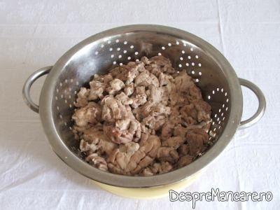 Creier fiert pus la scurs pentru creier de porc in aluat, la cuptor.