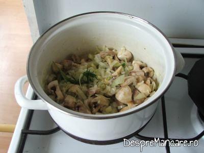 Legume si ciuperci care se calesc impreuna pentru mancarica de ciuperci albe.