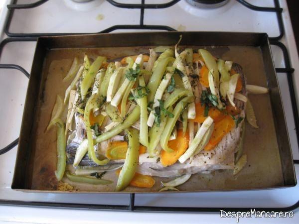 Pestele si legumele pentru platica cu legume la cuptor, sunt gata.