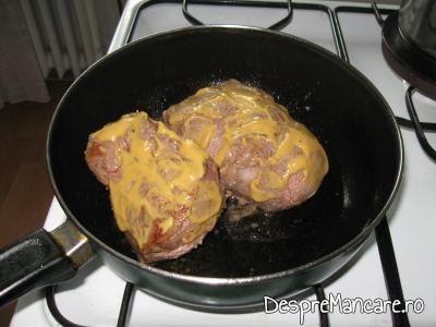 Bucati de spata unse cu mustar pentru preparare spata de porc cu legume si costita, la cuptor.
