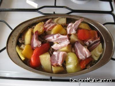 Legume si costita preparate pentru spata de porc cu legume si costita, la cuptor.