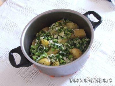 Mujdei de usturoi verde pus peste cartofi noi, inabusiti.