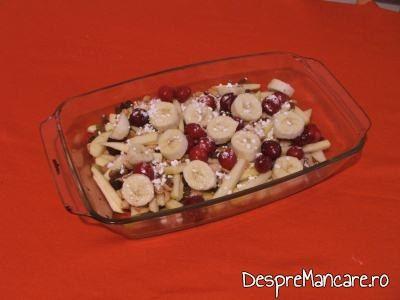 Ingrediente pentru desert cu fructe, asezate in vasul termorezistent.
