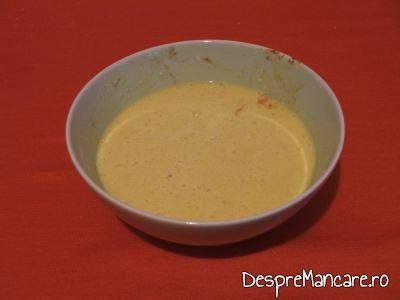 Ingredinete batute cu telul pentru desert cu fructe.