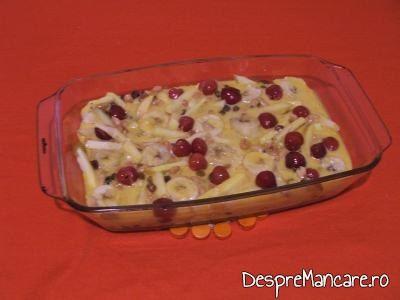 Ingredientele pentru desert cu fructe, puse in vasul termorezistent, inainte de a fi bagat in cuptor.