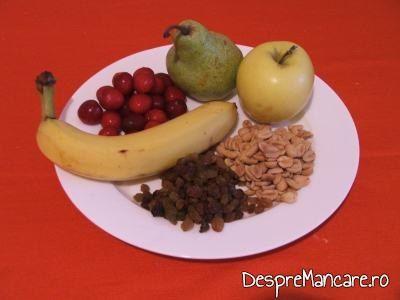 Ingrediente pentru desert cu fructe.