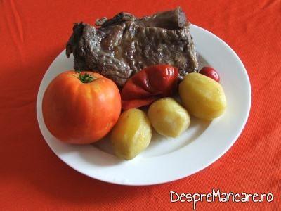 Pulpa de berbec, inabusita in vin cu garnitura de cartofi fierti si rosii.