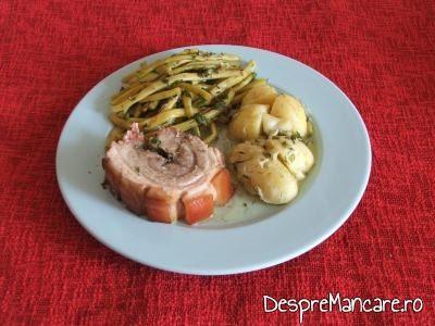 Prezentare rulada de porc cu fasole galbena si cartofi noi.