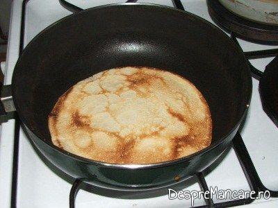 Prajire aluat de clatite in tigaie incinsa, pentru clatite cu branza sarata si smantana, la cuptor.