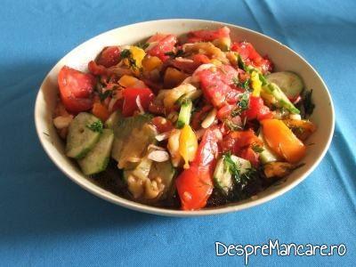 Salata de sezon servita la crochete de calamar cu legume la tigaie.