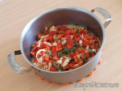 Calirea legumelor pentru ostropel cu piept de curcan.