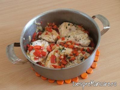 Amestecare carne cu legumele calite, pentru ostropel cu piept de curcan.