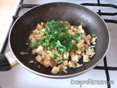 Patrunjel verde adaugat peste ciupercile calite pentru ciuperci invelite in costita afumata, la cuptor.