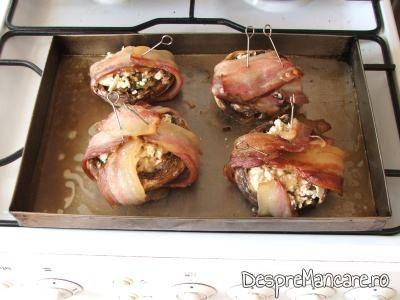 Costita afumata devenita crocanta pentru ciuperci invelite in costita afumata, la cuptor.