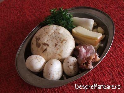 Ingrediente pentru ciuperci umplute, pe pat de creveti, la cuptor.