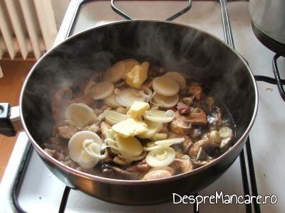 Calire felii de praz pentru ciuperci umplute, pe pat de creveti, la cuptor.