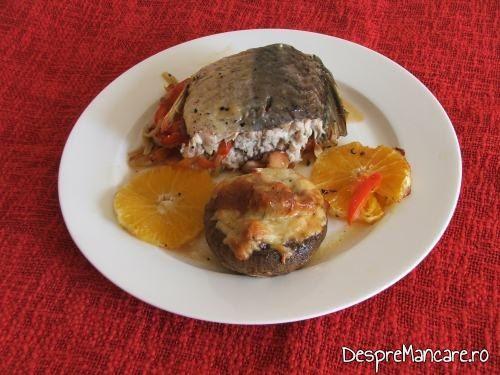 Crap cu legume, lamai si portocale la cuptor cu garnitura de ciuperci pregatite la cuptor.