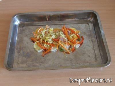 Legume calite asezate pe felii de lamai si portocale pentru crap cu legume, lamai si portocale la cuptor.