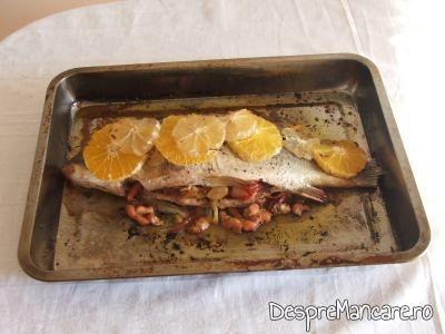 Crap cu legume, lamai si portocale la cuptor, gata preparat.