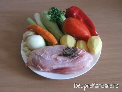 Ingrediente pentru ghiveci de legume mediteranian cu piept de curcan.