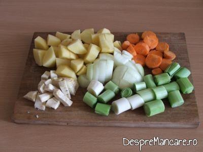 Legume taiate mare pentru ghiveci de legume mediteranian cu piept de curcan.
