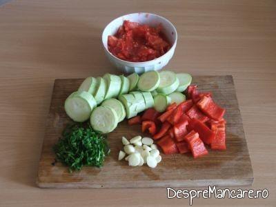 Alte legume tocate mare pentru ghiveci de legume mediteranian cu piept de curcan.