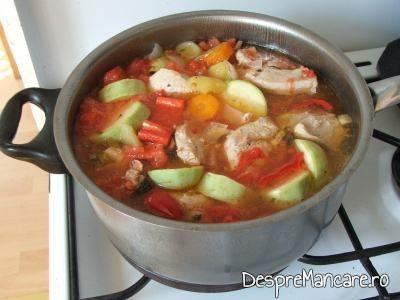 Adaugare in preparat a doua serie de legume pentru ghiveci de legume in stil mediteranian cu piept de curcan.